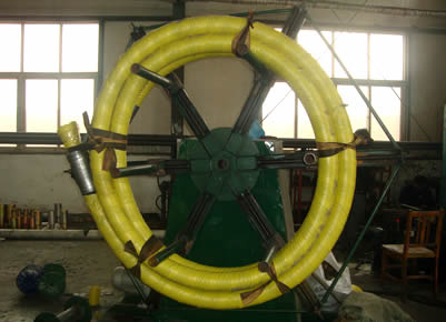 Drilling hoses are made into roll by equipment.